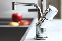koppling för röd vask för äpplehemmiljö stilfull Royaltyfria Bilder