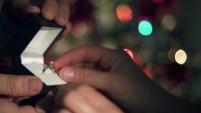Koppling Ring Proposal Close Up Hands för julillustration för bakgrund härlig vektor för tree arkivfilmer