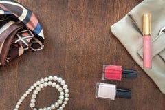 Kopplingen, pärlan, sjalen och rött spikar polermedel Royaltyfria Bilder