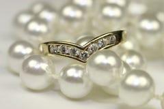 kopplingen pryder med pärlor cirklar royaltyfri bild