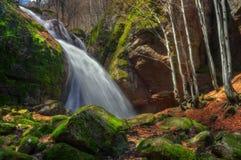 Koprenski瀑布-秋天Voden skok/须越过的水沟,保加利亚 免版税库存图片