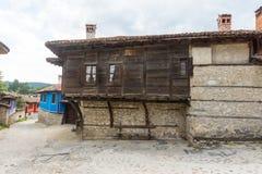 Koprivshtitsa: Pinte la vida de la montaña en Bulgaria Foto de archivo