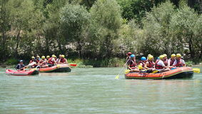KOPRULU峡谷-土耳其- 2016年7月:浇灌漂流在河Koprucay急流在Koprulu峡谷,土耳其 免版税库存图片