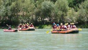 KOPRULU CANION - TURKIJE - JULI 2016: Water het rafting op de stroomversnelling van rivier Koprucay bij Koprulu-Canion, Turkije stock foto