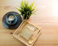 Kopsoep met broodontbijt op de houten lijst Royalty-vrije Stock Afbeelding