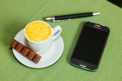 Koptelefoon en zwarte pen Royalty-vrije Stock Foto's