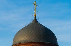 Kopuła kościół przeciw niebieskiemu niebu Zdjęcia Royalty Free