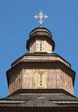 Kopuła stary drewniany kościół przeciw niebieskiemu niebu Obrazy Royalty Free