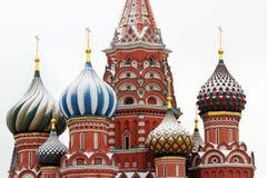 Kopuły Świątobliwi basile Katedralni w zimie. Obraz Royalty Free