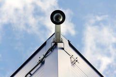 Kopuły kamera bezpieczeństwa na ścianie, niebieskiego nieba tła kopii przestrzeń fotografia stock