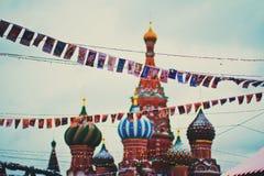 Kopuły St basilu katedra na placu czerwonym, Bożenarodzeniowych girlandach i flaga, Obraz Royalty Free