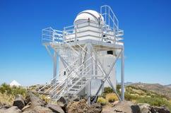 Kopuła i Mechaniczny teleskop na Lipu 7, 2015 w Teide astronomicznym obserwatorium, Tenerife, wyspa kanaryjska, Hiszpania Zdjęcie Royalty Free