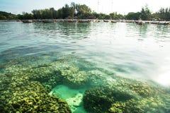 Koraalstrand en vissersdorp op Lipe-eiland, satun, Thailand royalty-vrije stock afbeelding