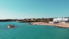 Korala Cypr Podpalana antena strzelał z plażą i błękitne wody na gorącym słonecznym dniu hotelową i piaskowatą Piaskowatej plaży  zbiory wideo
