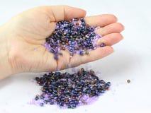 koralików kolorowy ręki dolewanie Zdjęcie Stock