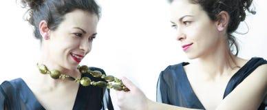 koraliki jej szyi ciągnięcia kobieta Obraz Royalty Free