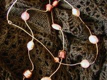 Koraliki od Murano szkła na trykotowej tkaninie obrazy royalty free