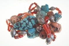Korall-, turkos- och silverhalsband arkivbild