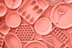 Korallenrote Farbdekorative Küchengeschirrgeräte stockfoto