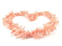 Korallenrote Perlen des natürlichen Edelsteinrosas auf einem weißen Hintergrund Lizenzfreie Stockbilder