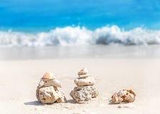 Korallenrote Pyramiden auf Strand, Zenbadekurort-Konzepthintergrund Stockfoto
