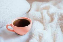 Korallenrote Tasse Tee stockfoto