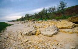 Koraller skal, stenigt landskap på bakgrunden av det Azov havet Royaltyfria Bilder