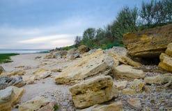 Koraller skal, stenigt landskap på bakgrunden av det Azov havet Royaltyfri Bild