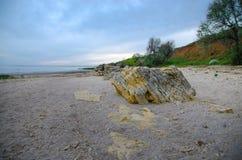 Koraller skal, stenigt landskap på bakgrunden av det Azov havet Arkivbild