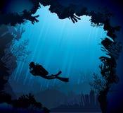 Korallrev med silhouetten av dykare Royaltyfri Fotografi
