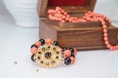 Koralowa i czarna z paciorkami bransoletka Zdjęcia Royalty Free