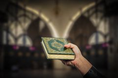 Koran в руке - святой книге деталя мусульман общественного всех мусульман Стоковые Фото