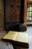 Koran bij vensterbank stock fotografie