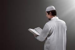 Koran de leitura dos povos muçulmanos asiáticos novos Foto de Stock