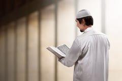 Koran de leitura dos povos muçulmanos asiáticos novos Imagens de Stock Royalty Free