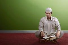 Koran de leitura dos povos muçulmanos asiáticos novos Fotos de Stock Royalty Free