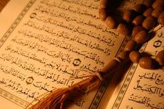 Koran et rosaire de houx photographie stock