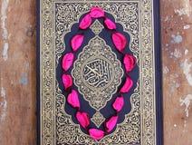 Koran heilig boek met bloembladeren Royalty-vrije Stock Fotografie