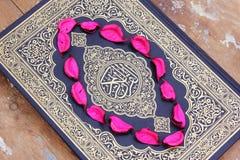 Koran heilig boek met bloembladeren Royalty-vrije Stock Foto