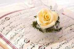 Koran und rosafarbene Blume Stockfoto