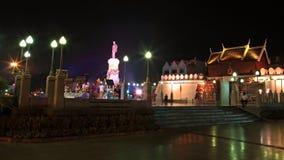 在城市墙壁附近的Thao Suranaree纪念碑在晚上 库存照片