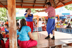 Korat musikshow på den traditionella stearinljusprocessionfestivalen av Buddha Royaltyfri Foto