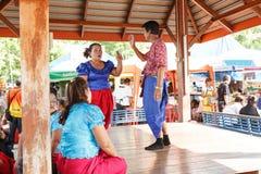 Korat musikshow på den traditionella stearinljusprocessionfestivalen av Buddha Royaltyfria Foton