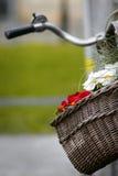 Korb auf einem Fahrrad mit Blumen Lizenzfreies Stockbild