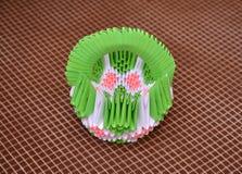 Korb in der Ausrüstung des Origamis gegen einen dunklen Hintergrund Lizenzfreies Stockfoto