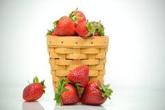 Korb der Erdbeeren stockbilder