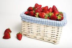 Korb der Erdbeeren lizenzfreie stockbilder