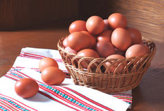 Korb der frischen Eier Stockfoto