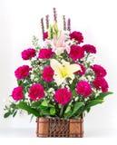Korb der Gartennelke und der Lilie lizenzfreies stockbild