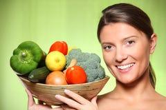 Korb der jungen Frau und des Gemüses Stockbilder
